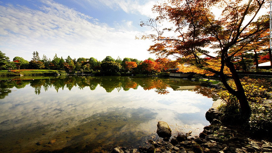 November is the best time to see Tokyo's stunning fall colors, so we've rounded up the capital's most magnificent viewing spots. This shot of Showa Kinen Park's Japanese Garden was taken by Tokyo resident Takashi Hososhima.