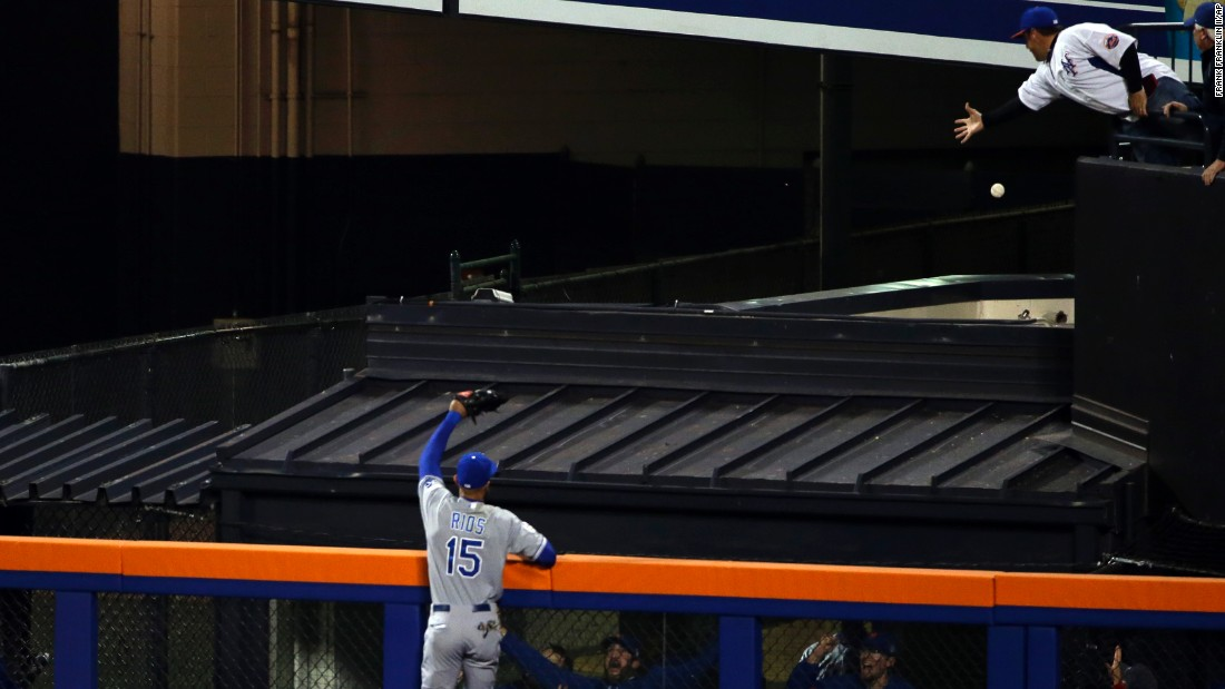 The Royals' Alex Rios can't catch a home run hit by the Mets' Michael Conforto during the fifth inning.