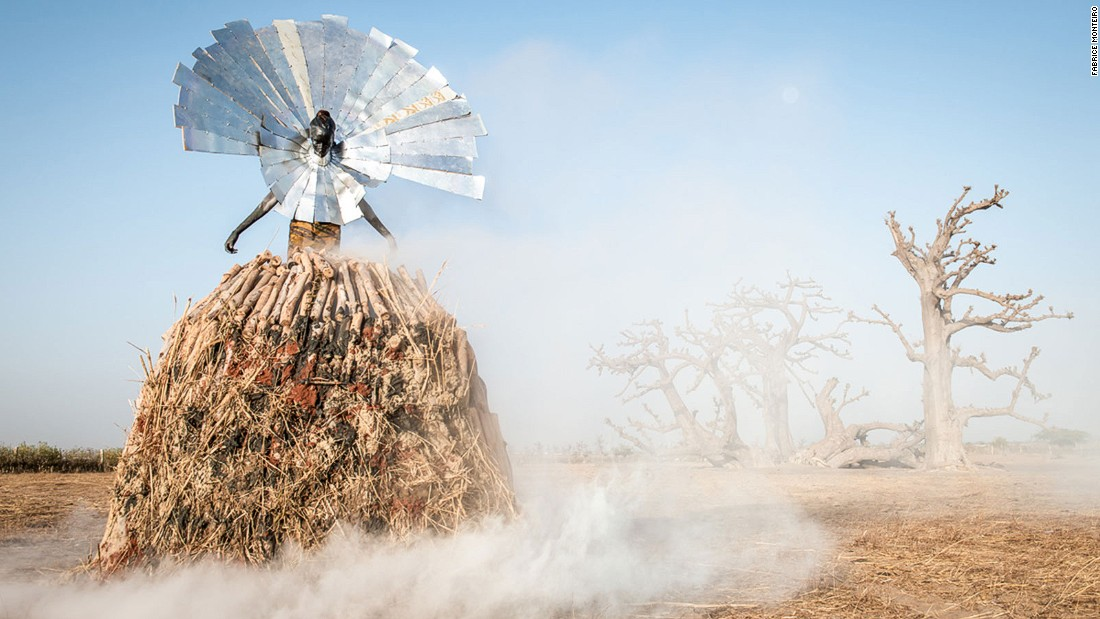 The series challenges mankind's abuse of natural resources as well as society's indifference to more sustainable ways of living. The model's headdress points to solar energy solutions.