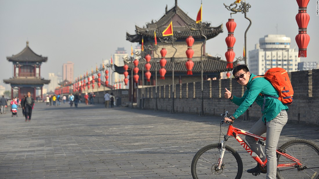 The Xi'an City Wall is the only complete ancient city wall in China. It encloses the 36-square-kilometer old Xi'an city center in a rectangular circuit.