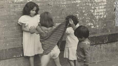 11. Helen Levitt (1918-2009) New York, vers 1940 Tirage argentique, 9 x 14,7 cm Washington, National Gallery of Art © Estate of Helen Levitt © Photo courtesy of the National Gallery of Art, Washington