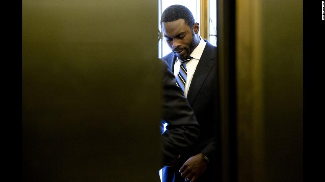 Elevator doors close as NFL quarterback Michael Vick arrives at the ...