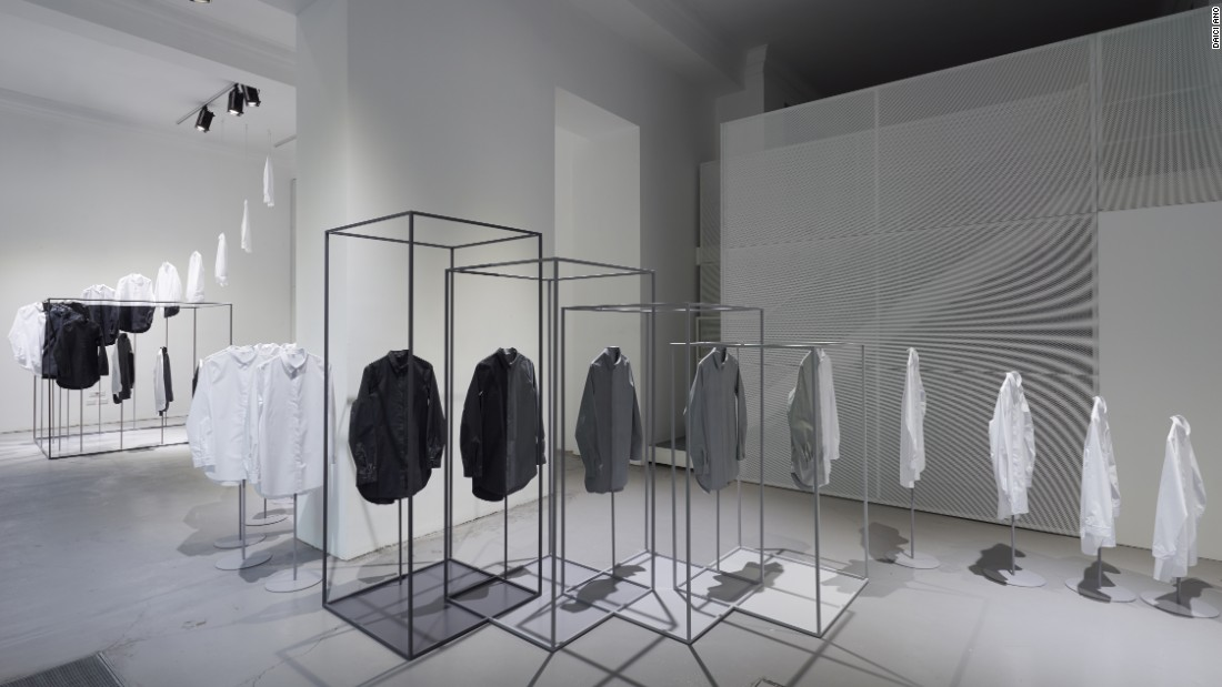 The installation placed a series of white shirts intertwined with steel cube frames, creating the illusion that the shirts were being dipped in color.