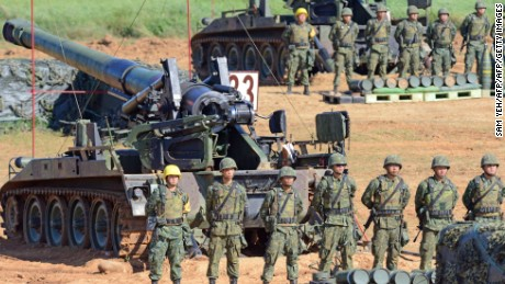 Taiwan military soldiers stand guard next to a 155-millimeter howitzer during the Han Kuang 31 live fire drill in Hsinchu, northern Taiwan, on September 10, 2015. President Ma Ying-jeou presided over a live-fire anti-landing drill, part of the annual five-day war games simulating an invasion by China.  AFP PHOTO / Sam Yeh        (Photo credit should read SAM YEH/AFP/Getty Images)