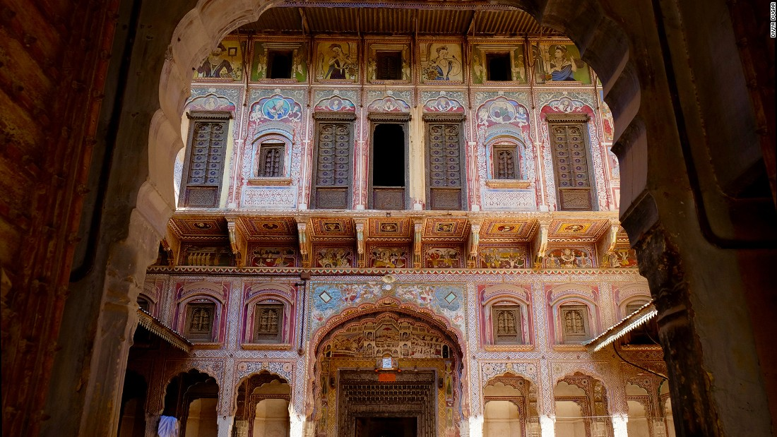 Bhagton Ki Haveli was constructed in the 19th century. The facade of the outer courtyard is covered with a scene composed of a royal procession, English memsahibs, some religious imagery and a portrait of Queen Victoria.