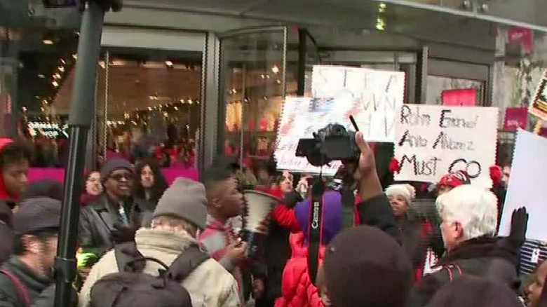 Protesters block Chicago store fronts