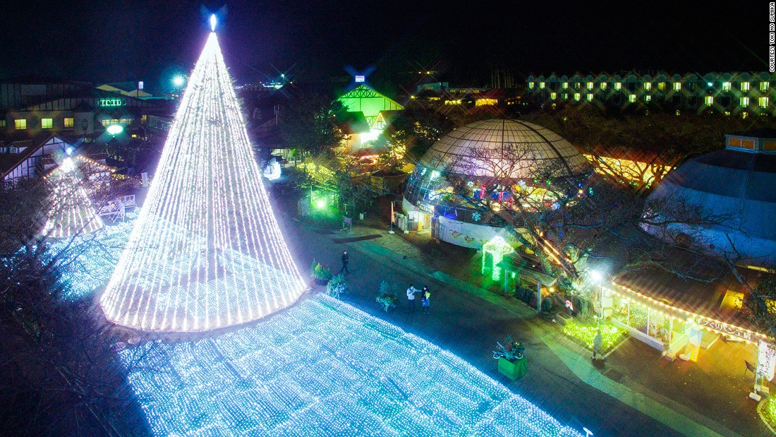 Toki No Sumika hosts the largest light show in Shizuoka Prefecture. It has a 450-meter twinkling tunnel and many bright sculptures.