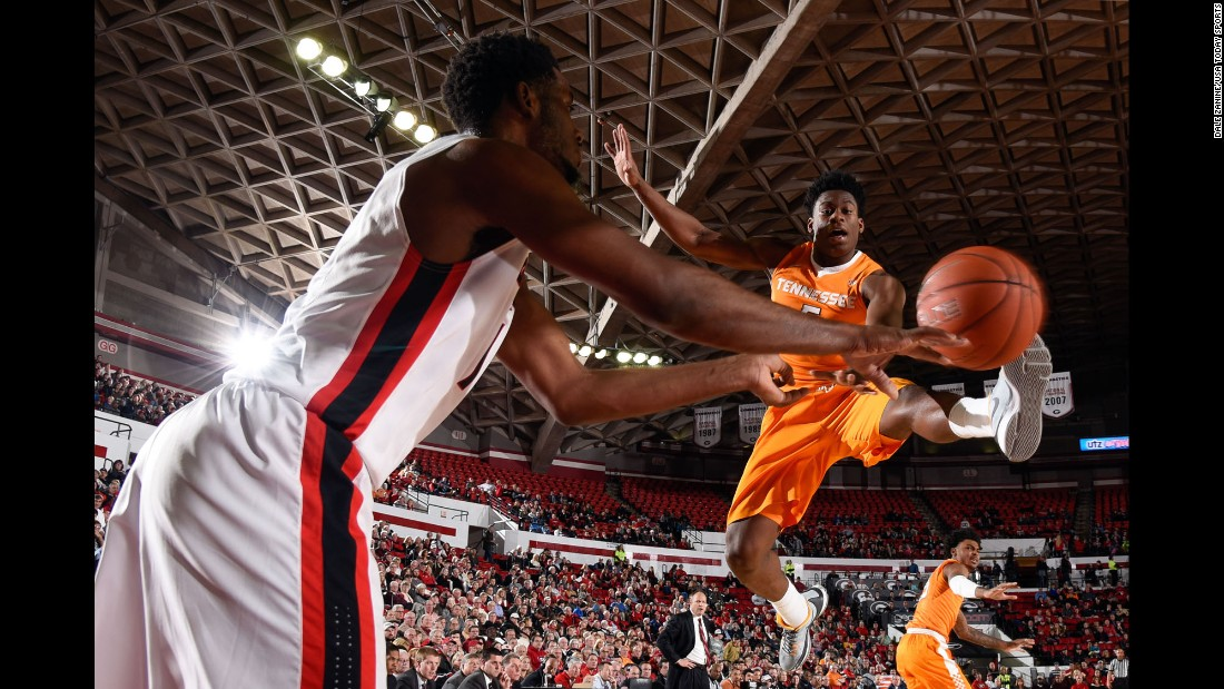 Tennessee forward Admiral Schofield tries to block an inbounds pass while playing at Georgia on Wednesday, January 13.