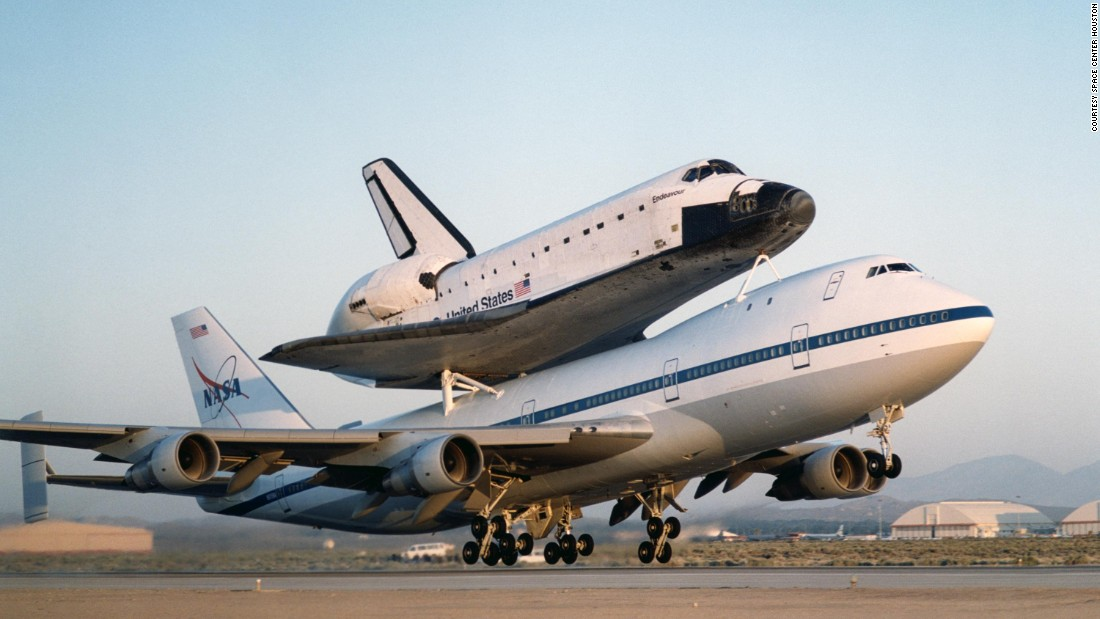 "The aircraft was customized for maximum power. The 747 was stripped clean of everything in the main cabin, a <a href=""http://www.cnn.com/2012/04/17/us/shuttle-discovery-weight/"" target=""_blank"">NASA spokeswoman told CNN in 2012</a>."
