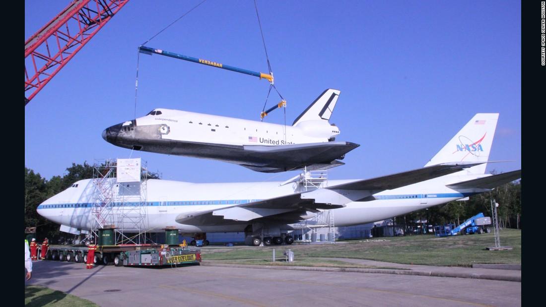 A crane lifts Independence atop NASA 905.