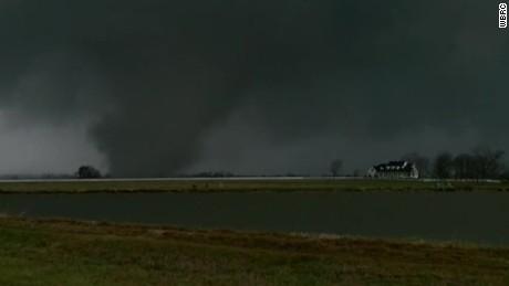 raw tornado Alabama touches down_00002402