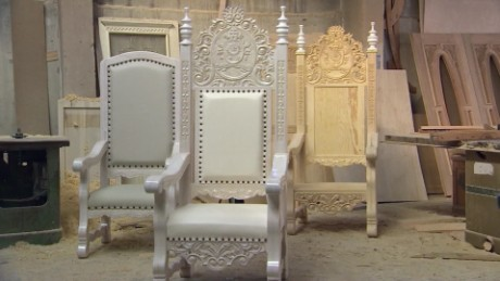 A Chair Fit for The Pope_00000000