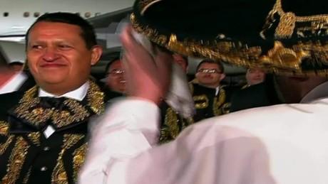 cnnee papa francisco sombrero de charro mariachi_00002519
