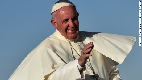 TOPSHOT - Pope Francis smiles upon arrival at the US border, before celebrating mass at the Ciudad Juarez fairgrounds on February 17, 2016. Throngs gathered at Mexico's border with the United States on Wednesday for a huge mass with Pope Francis highlighting the plight of migrants -- a hot-button issue on the US presidential campaign trail..   AFP PHOTO / GABRIEL BOUYS - POOL / AFP / GABRIEL BOUYS        (Photo credit should read GABRIEL BOUYS/AFP/Getty Images)