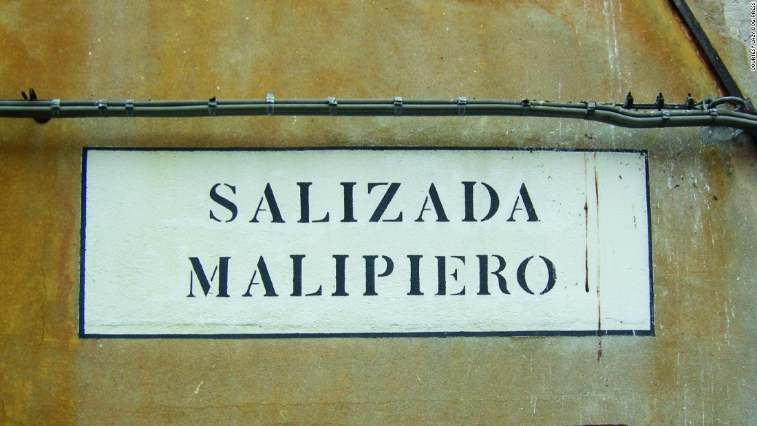 A typical <em>nizioleto</em>, or stenciled, street sign in Venice.