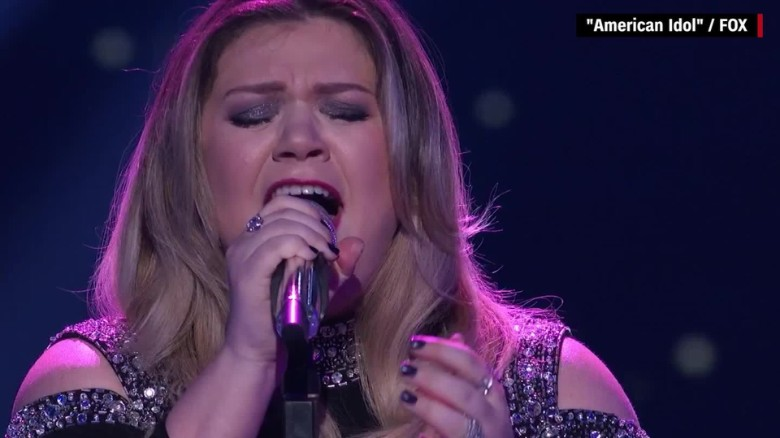 Kelly Clarkson tears up on 'American Idol'