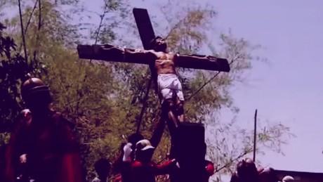 cnnee pkg marta garcia semana santa en el mundo_00020329