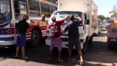 cnnee pkg sanie lopez garelli paraguay limpiar parabrisas _00011326