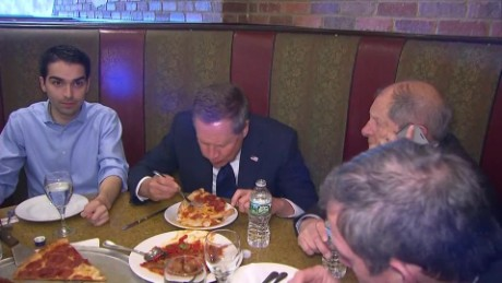 Kasich eats New York pizza with a fork