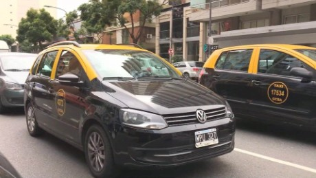 cnnee pkg diego laje sobre el aumento a los precios de la gasolina argentina _00010221