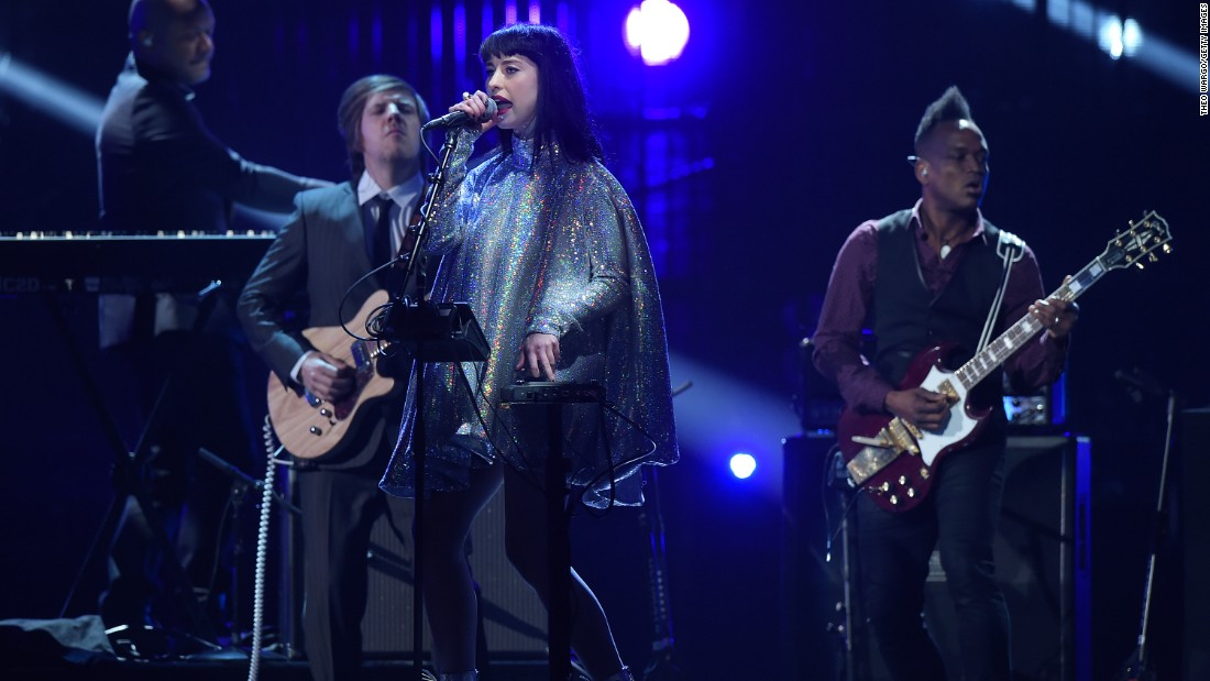 Kimbra performs a tribute to the late David Bowie.