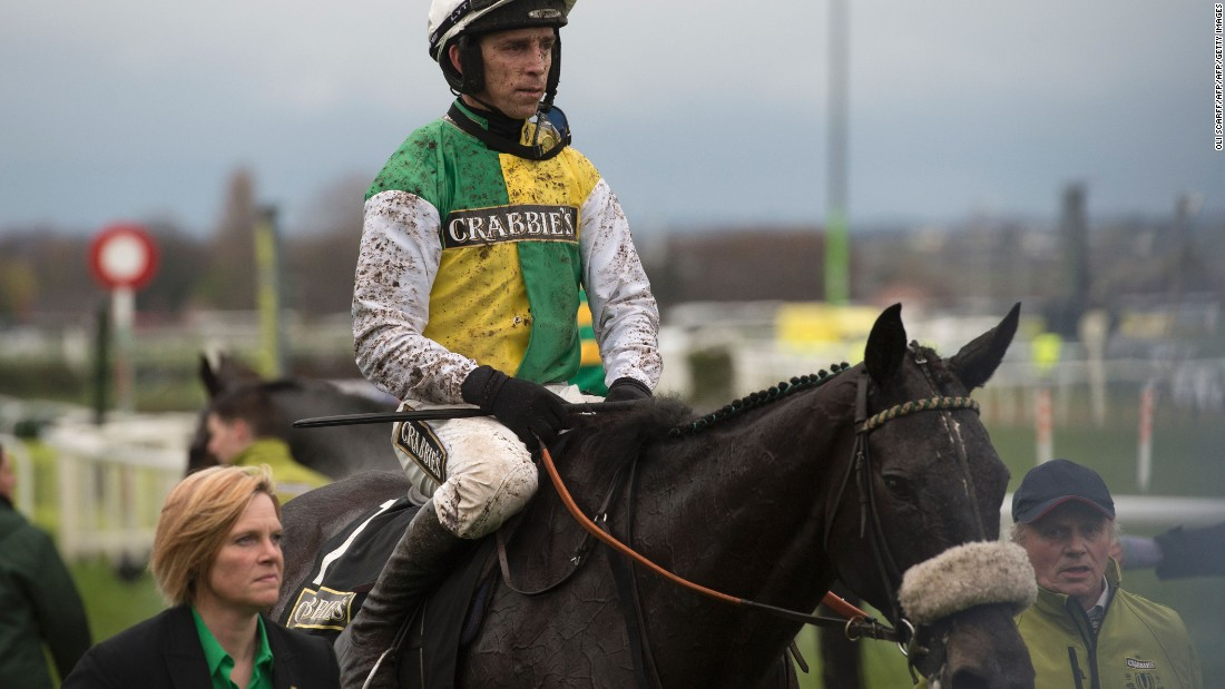 Last year's winner, Many Clouds, ridden by Leighton Aspell, challenged early on but finished back in 16th.<br />