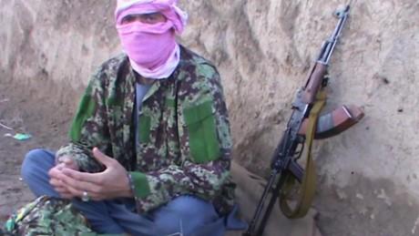 cnnee pkg nick paton walsh soldados afganos cambian bando al taliban_00013029