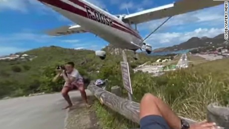 plane nearly clips tourist vause intv_00000802