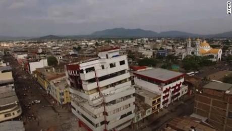 cnnee cafe dron recoore las calles de ecuador tras terremoto_00001415