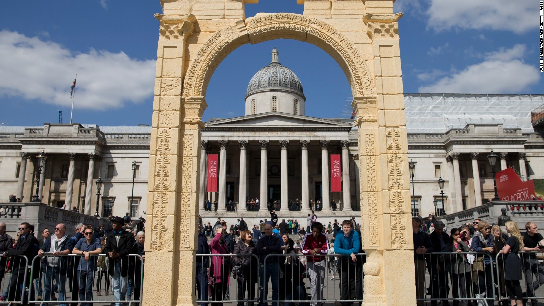 Palmyra's ancient Triumphal Arch, destroyed last year during the conflict in Syria, has been resurrected in London's Trafalgar square.