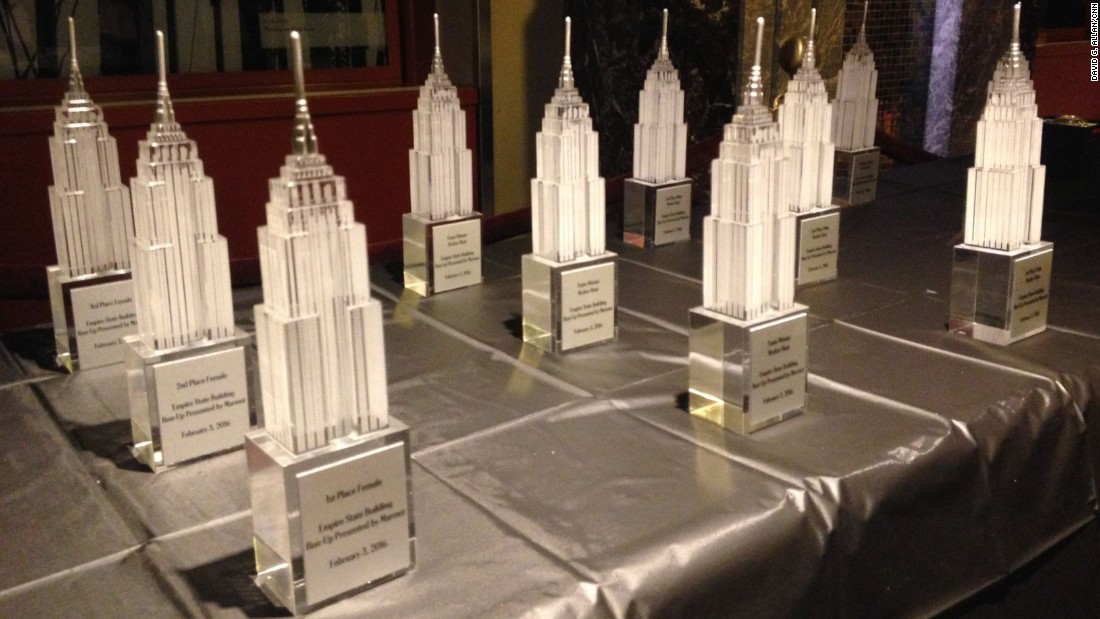 After the awards ceremony, in which glass statues of the Empire State Building are handed out, many runners head to a local bar.<br />