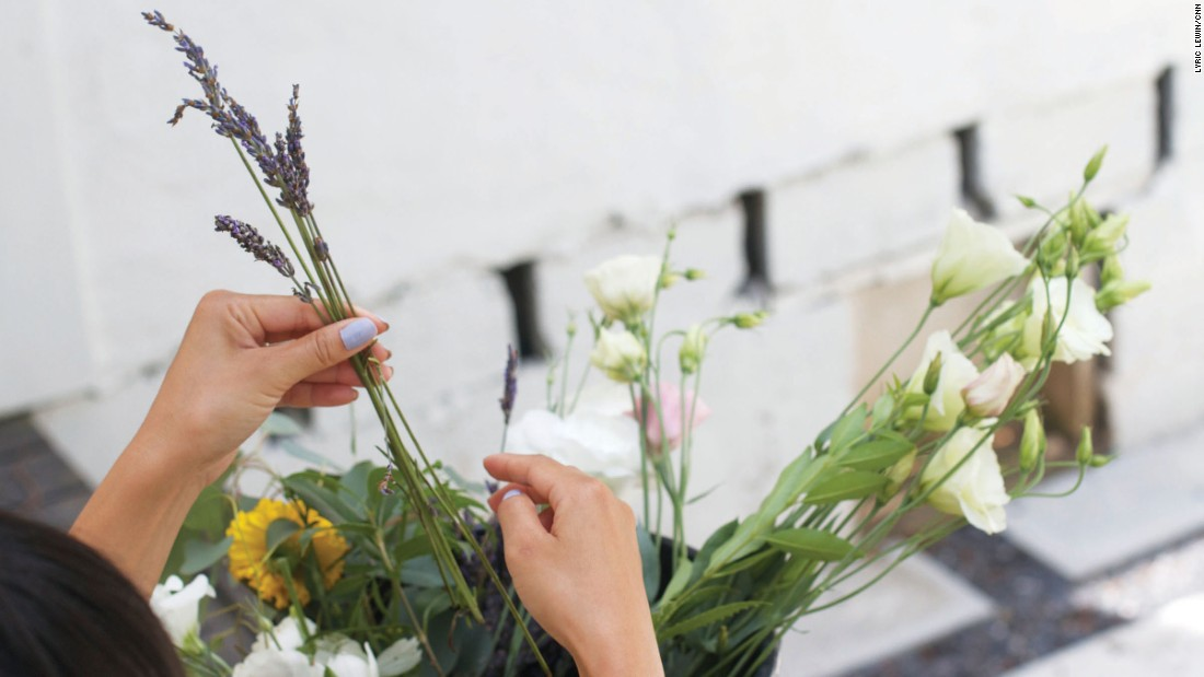 Song suggests lavender and seeded eucalyptus leaves as filler flowers.