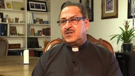 cnnee sacerdote mexicano vs trump