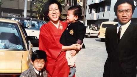 Yuriko Nishi and her husband Yoshihide Ito with their children before sotsukon.