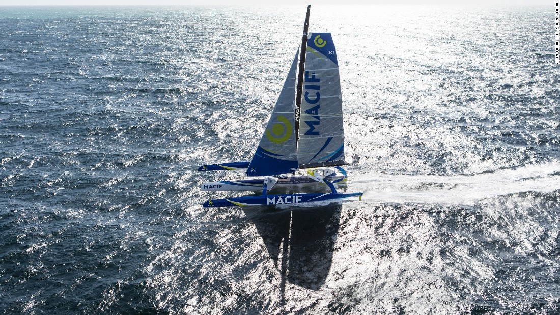 The MACIF trimaran measures 21 meters across and weighs 14.5 tons, while the sails measure 430/650 square meters.