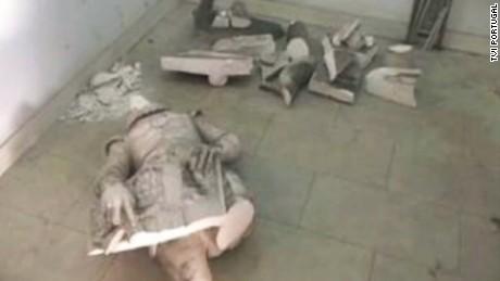 Selfie-seeker destroys historic statue
