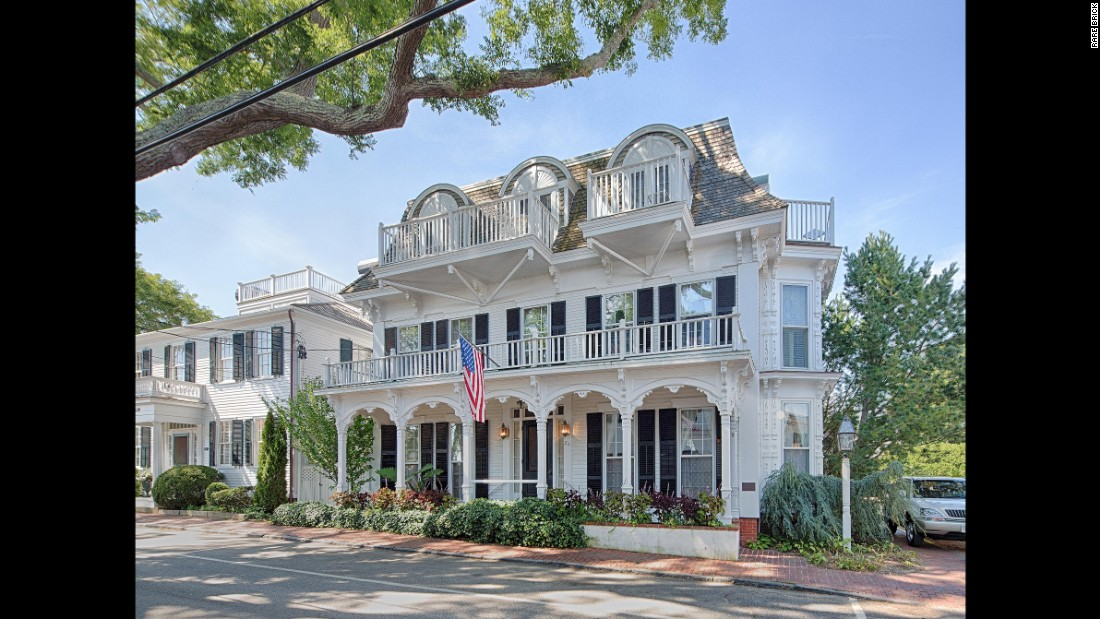The newest spot to land when visiting Martha's Vineyard, the Christopher provides quiet elegance close to downtown Edgartown and its picturesque harbor.