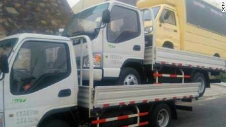 cnnee vo cafe china hombre maneja tres camiones uno encima del otro_00004123
