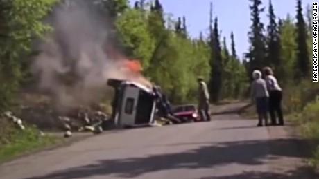 cnnee encuentro vo rescate conductor auto en llamas alaska_00000327