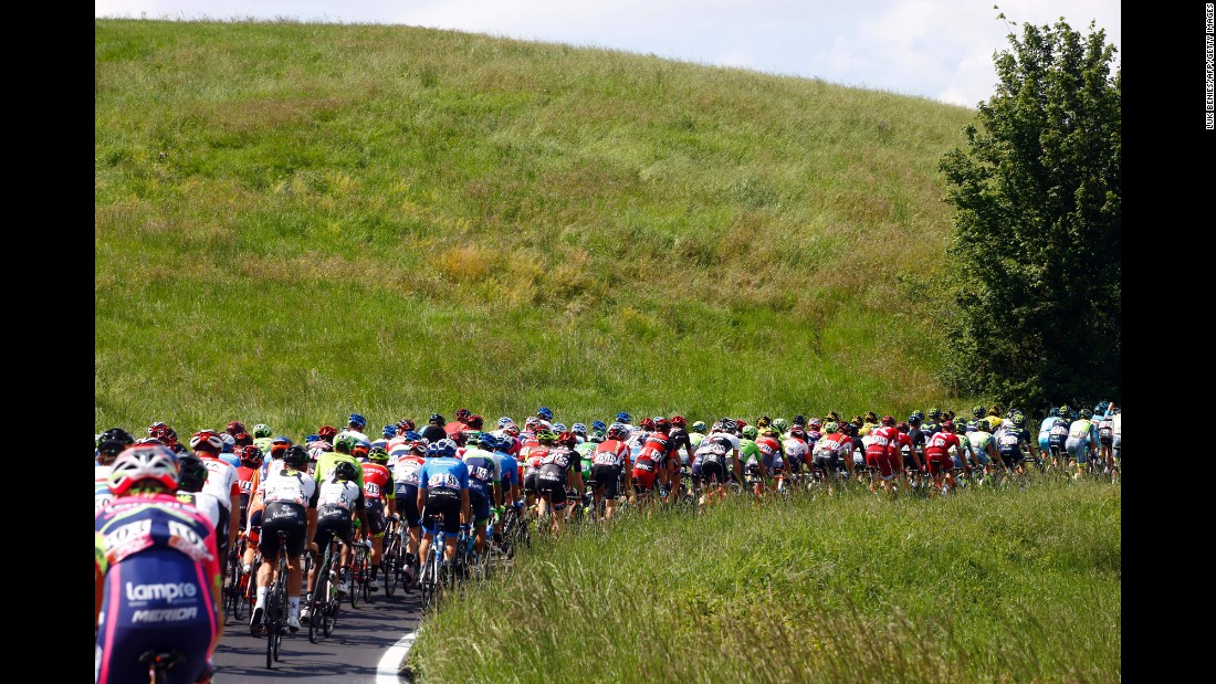The peloton rides during the 10th stage of 99th Giro d'Italia, Tour of Italy, from Campi Bisenzio to Sestola on May 17.