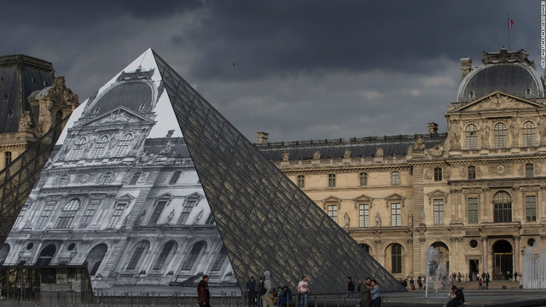 The installation draws attention to the architecture that lies behind the pyramid.
