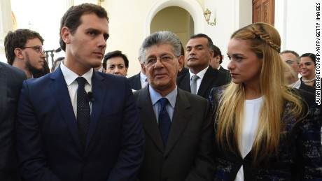 Albert Rivera (L), candidate for prime minister of Spain for the Ciudadanos party on a visit to Venezuela to support the opposition, next to National Assembly President Henry Ramos Allup (C), and Lilian Tintori (R), wife of jailed Venezuelan opposition leader Leopoldo Lopez, outside the legislature in Caracas on May 24, 2016. / AFP / JUAN BARRETO        (Photo credit should read JUAN BARRETO/AFP/Getty Images)