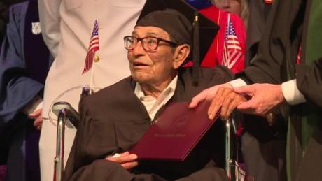 cnnee pkg gonzalo alvarado hombre de 96 años se gradua de la universidad_00001319