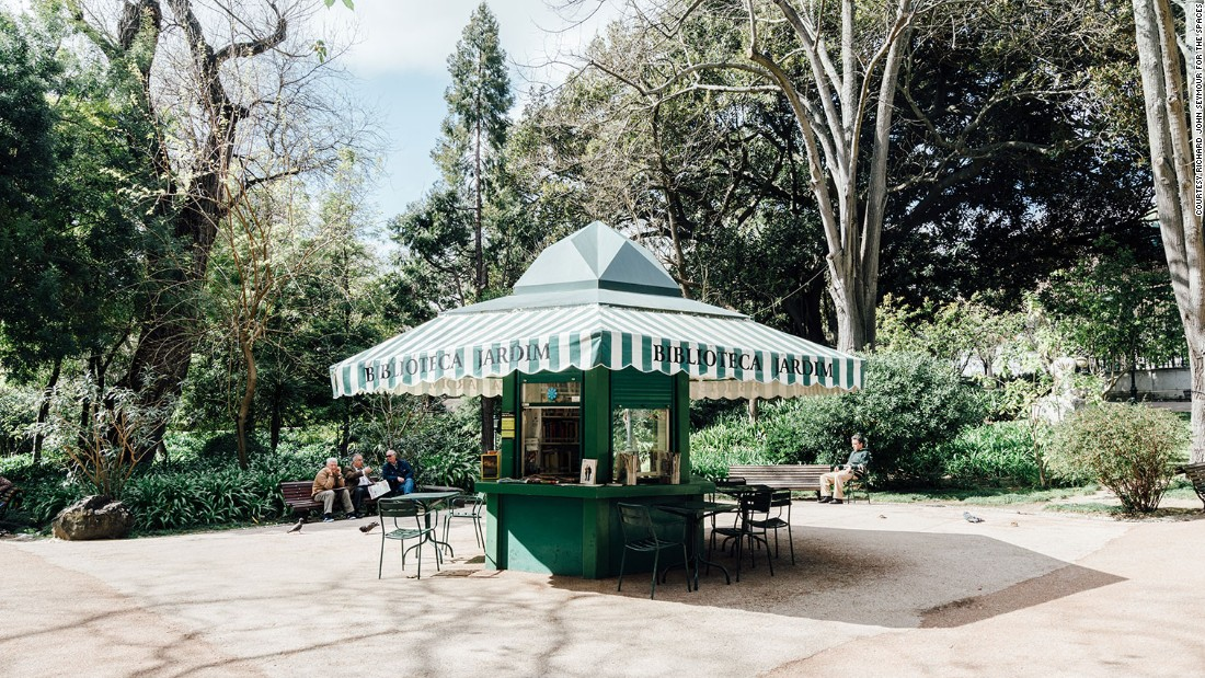 In 2009, Lisbon businesswoman Catarina Portas teamed up with architect João Regal to restore the kiosks in five downtown areas.