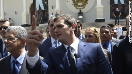 Albert Rivera (C), candidate for prime minister of Spain on a visit to Venezuela to support the opposition, arrives at the National Assembly in Caracas on May 24, 2016. / AFP / JUAN BARRETO        (Photo credit should read JUAN BARRETO/AFP/Getty Images)