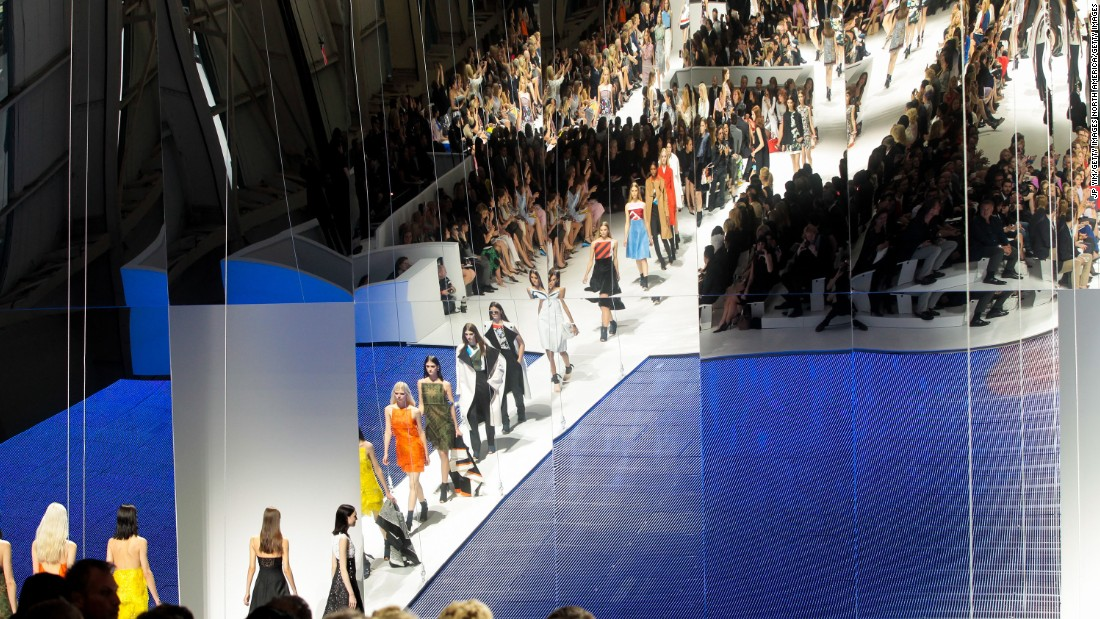 With 66 looks and 900 guests at the Brooklyn Navy Yard in New York, this was the brand's biggest collection. Many guests arrived by free ferries emblazoned with the Dior logo and complete with free Champagne. The set featured a mirrored wall overlooking a stage that was elevated about 16 feet to provide a view of the New York skyline.