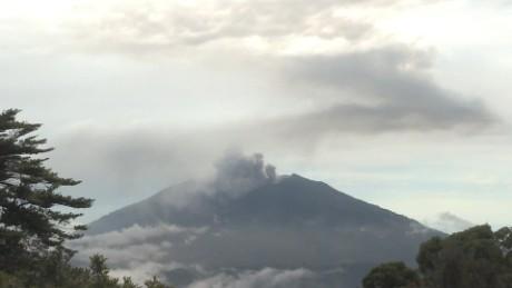cnnee djenane villanueva vivir cerca de un volcan activo turrialba costa rica_00003506