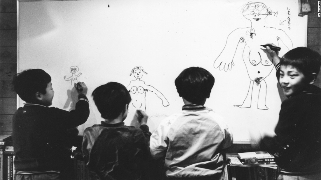 Children doodling in Café Honyarado.