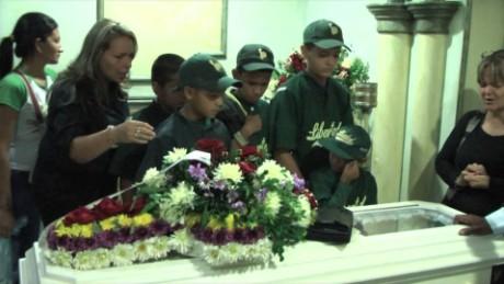 cnnee pkg castellanos venezuela escasez medicamentos funeral alex guerra_00033517