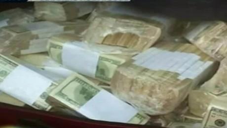 cnnee pkg perez sarmenti detencion jose lopez enterrando dinero monasterio portaba arma de guerra_00002204
